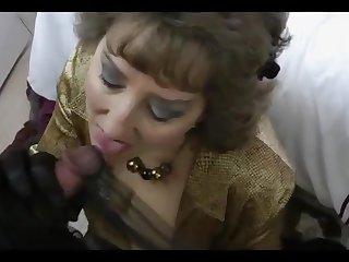 Ебет в рот гламурную старушку в чёрных перчатках