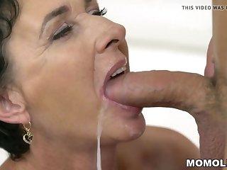 Липкая сперма стекает по щекам зрелых и выебанных женщин