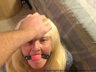 Анальное порно зрелых старух на кровати с кляпом во рту
