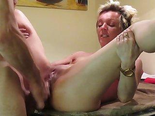 Бритоголовый супруг с Испании со своей коротко стриженой женой снимает частное порно