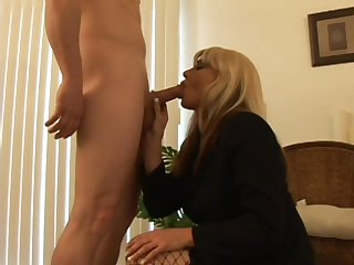 Умелая проститутка предоставила для вип клиента эскорт услуги в лучшем виде