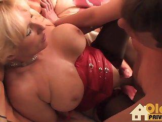 Порно видео зрелая дама на кровати возле телевизора широко раздвинула ноги перед юным ухажером