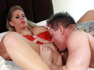 Сонная сексвайф готова трахаться с любимым мужем ранним утром