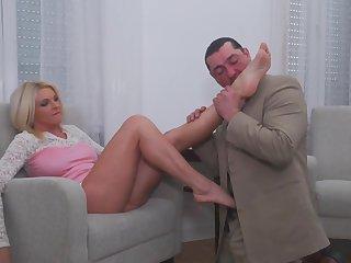 Итальянский любовник очень заводится, облизывая длинные ноги своей возлюбленной