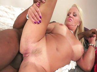 Порно зрелая леди спалилась за мастурбацией перед большим нигером