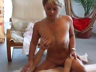 Баба трахается на полу с нигером в бане