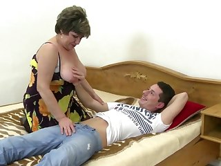 Порно зрелая дама сама предложила сонному молодцу потискать свою красивую грудь