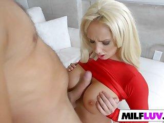Подрочив член между сисек, блондинка готова устроить секс в позе раком