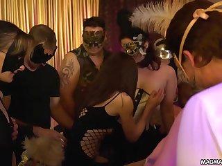 Немецкие свингеры устроили секс маскарад, трахая друг друга