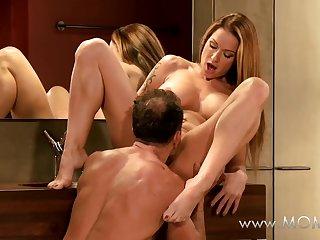 Страстный секс итальянских романтиков стоя перед зеркалом