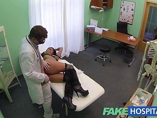 На приеме у доктора дала гинекологу на кушетке