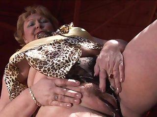 Порно зрелые лесби по 100 килограмм балуются кунилингусом, лёжа на плитке