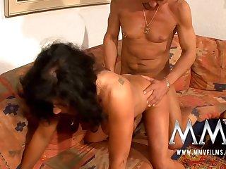 Муж и жена из Германии устроили на диване настоящий немецкий секс