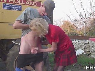 Старый тракторист во время рабочего дня отодрал местную проститутку раком возле машины