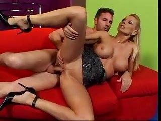 Итальянец трахает блондинку, широко раскинув ей рогатку на диване