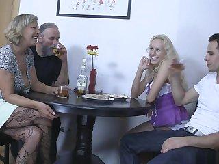Старые и молодые свингеры во время ужина устроили групповой секс на кухне