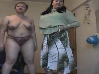 Две пожилые подружки все ещё позируют по вебке, показывая сексуальную фигуру