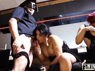 Домашняя порно вечеринка немецких свингеров в масках