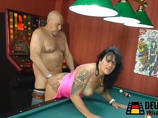 Партия в бильярд закончилась страстным сексом на столе с лысым мужиком