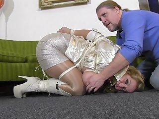 Патлатый молодец связал сисястую суку и развлекается с ней на диване