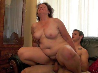 Порно зрелая хозяйка попросила студента только показать и взяла в рот
