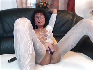 Старая веб шлюха в очках все ещё не стыдится мастурбировать на камеру