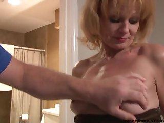 Анальное порно заставляет голых баб кончать, трахаясь с партнёрами