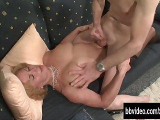 Хитрая немка разводит на секс седого деда и жарко трахается