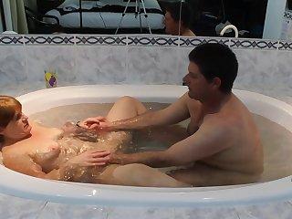 Хитрый извращенец беспардонно залез в ванну к зрелке и начал трахать