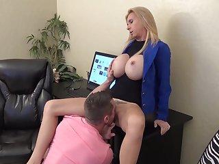 Сисястая бухгалтерша в кабинете дает заместителю начальника