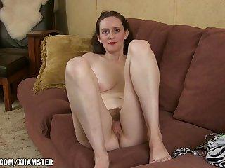 Тощая фетишистка показывает ножки и раздвигает рогатку с волосатой писей
