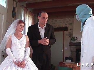 Старая невеста уже на свадьбе раздвинула ноги для горячей ебли