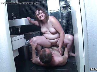 Зрелая тёлка с огромной жопой в позе 69 ебется в ванной