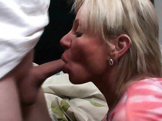 Пока никто не видит, старая тёща попросила дать ей в рот