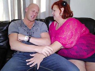 Пышная мадемуазель так и просит лысого сантехника вставить ей раком в целлюлитную попу