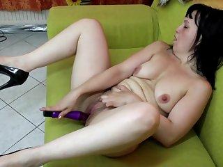 Зрелищная мастурбация зрелых дам всегда приводит самочек к оргазму