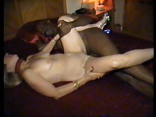 Чёрная залупа жилистого негра пришлась по вкусу зрелой проститутке