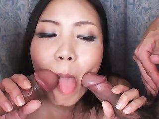 Японка обслужила два члена своим маленьким ртом и мохнатой писей