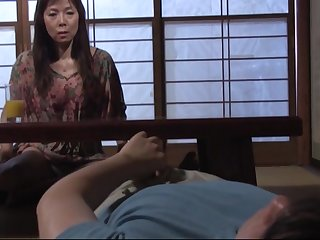 Старая японка так и жаждет взять в рот молодой пенис 20 летнего гостя