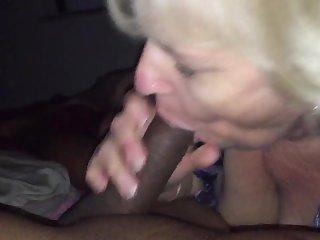 Порно соседка в годах все ещё хорошо сосет вздыбленный хер
