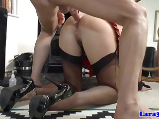 Ненасытный солдат устроил шлюхе с кляпом жесткий секс перед зеркалом