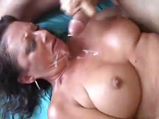 Обкончали лицо и грудь зрелой женщине и вымазал губы в сперме