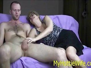 Порно бабушка отсосала у молодого парня на диване