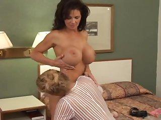 Шикарная красавица 40 лет занимается сексом с молодой женщиной