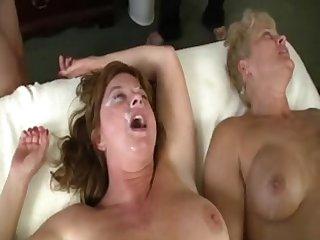 Парни обкончали лица двум зрелым женщинам