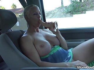 Сисястая баба трахает себя вибратором сидя в машине