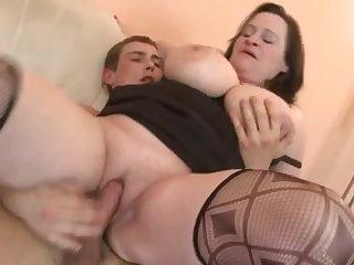 Порно толстая баба трахается с молодым парнем