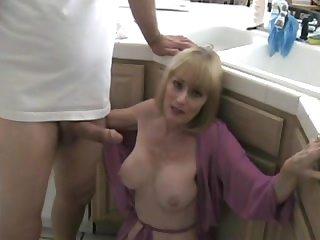 Голая мамочка с большими сиськами сосёт на коленях
