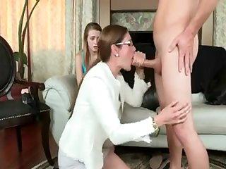 Порно старая мамка сосёт хуй у парня молодой знакомой
