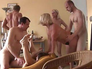 Домашняя порно оргия свингеров со зрелыми бабами